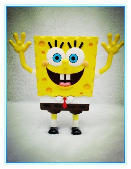 海绵宝宝是一块方形海绵,    高举双手,嘴巴咧得很开,    永远