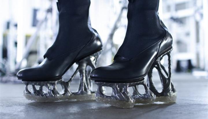 """日本设计实验室使用3D打印技术打造""""无形""""高跟鞋"""