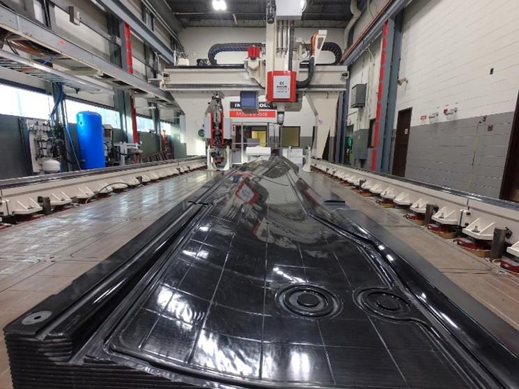 英格索尔和贝尔合作在75小时内3D打印出22英尺长直升机旋翼桨叶模具